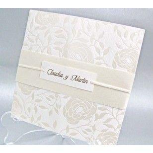 Invitatii de nunta de culoare alba cu motive florale sidef crem avand un snur pe care este prins un card cu numele celor doi miri. Invitatia se pliaza in doua interiorul fiind alb destinat tiparirii textului.