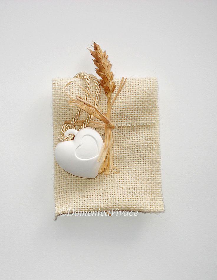 Bomboniera nascita/compleanno cuore in gesso magnete (o da appendere), semplice o dipinto a mano, completa di sacchetto porta-confetti confezionato a mano.
