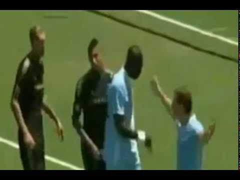 FUNNY FOOTBALL, FUNNY FOOTBALL GOALS BALOTELI VS MANCINI, GOL BALOTELI PAKAI TUMIT. BALOTELI GOL TUMIT