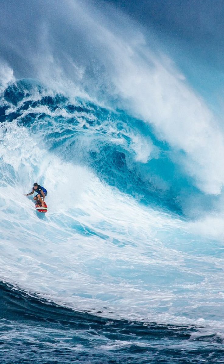 Huge waves on the North Shore of Oahu! Not sure which Hawaiian island to visit this year? Read this travel guide on what to expect on each of the Hawaiian islands. Including things to do on Maui, The Big Island, Kauai, and Honolulu! Activites | Packing List | Beaches | Hiking