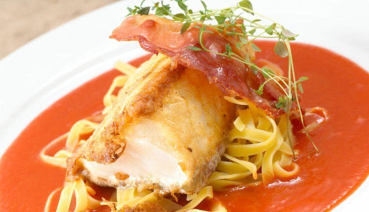 Stekt skrei med serranoskinke, tomatsaus og pasta