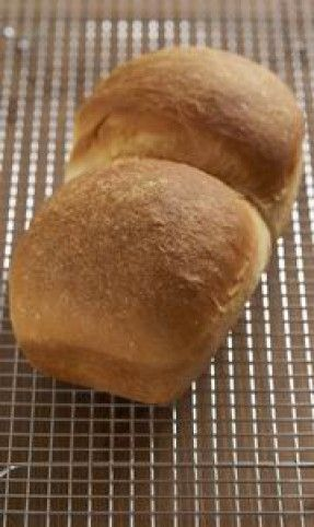 Tulajdonképpen a világ legegyszerűbb dolga a kenyérsütés, ha van egy jó kenyérsütőgépünk. Illetve jó receptünk... Összegyűjtöttük a legnépszerűbb gépben süthető kenyérrecepteket, hogy mindenki sikeres pék lehessen!