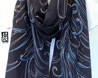 Negro seda bufanda pintada a mano, metálico crisantemos araña azul, bufanda de regalo para esposa, seda bufandas Takuyo, 14 x 72 pulgadas. Hecho a la medida