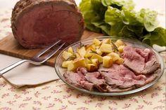 Il roast-beef all'inglese è un tipico secondo piatto di origine anglosassone, che consiste in un arrosto di manzo cucinato al sangue su fiamma o al forno.