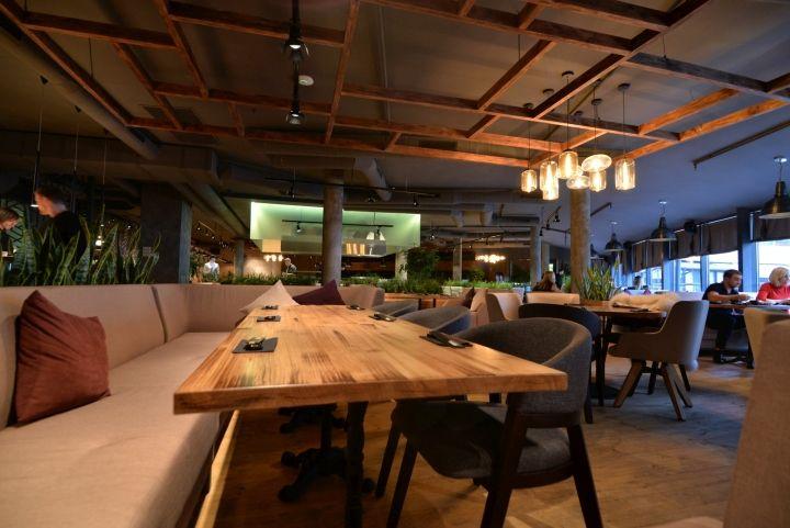 Тёмные ножки столов в интерьере ресторана японской кухни