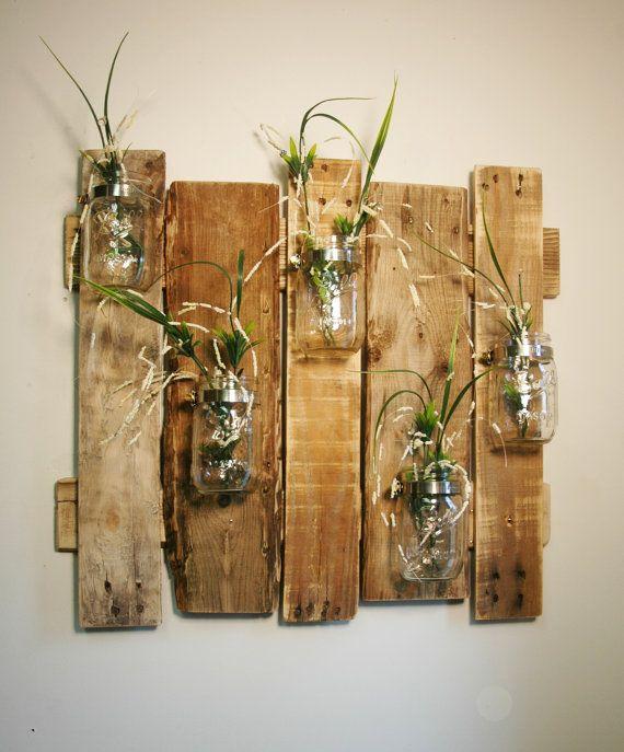 Brillant und schön! Sehr einzigartig und sehr rustikale Wanddekoration. Hergestellt aus recyceltem Holz Bretter. Boards sind leicht geschliffen und links in ein natürliches Finish. Enthält 5 montierten kristallklare Pint Größe Einweckgläser.  Alles in allem ist Größe ca. 22 x 24 Zoll. Kommt mit Schlüsselloch Aufhänger auf der Rückseite zur sicheren Befestigung an Ihrer Wand.  So ein schönes Stück für jeden Raum in Ihrem Haus. Verwendung für frische Schnittblumen, Trockenblumen, Weizen Stiele…