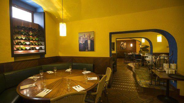 Máneska ***  Achillovou patou restaurace je kolísavý výkon obsluhy, maso ale umí na jedničku. http://life.ihned.cz/jidlo/c1-59350050