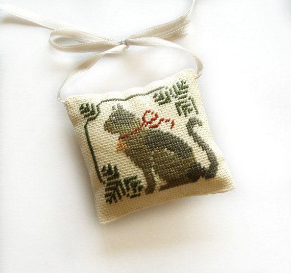 Kerstdekoratie kat kerst boom decor, kerstcadeau, mini grijs kussen, voltooid cross stitch primitieve cross stitch sieraad