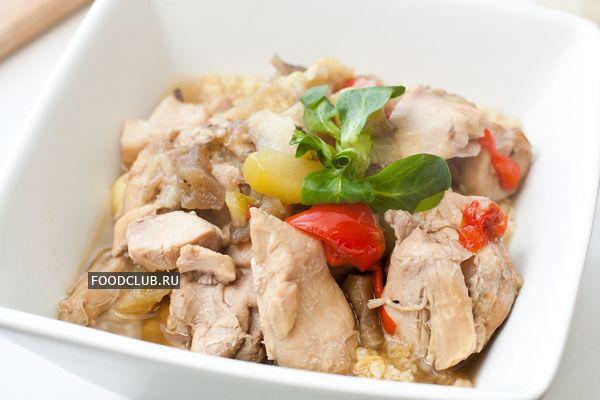 В мультиварке очень просто приготовить полноценное вкусное блюдо. Это может быть мясо или птица с гарниром, а может быть что-то вроде очень густой похлебки, своеобразный обед в одной кастрюле.