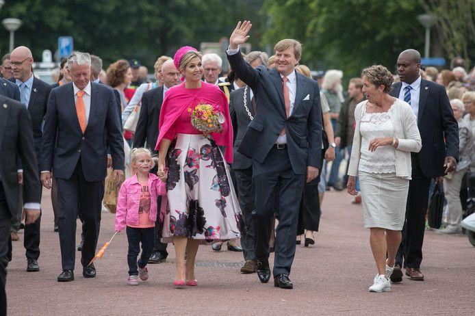 Bezoek van het dorp Nagele. De driejarige Amy de Boer mag een stukje meelopen aan de hand van de koningin.