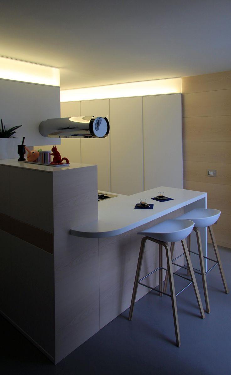 Cucina su misura, cappa sospesa piano in corian. illuminazione a Led