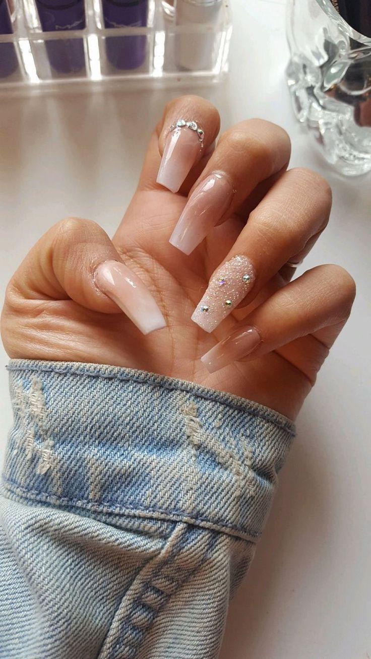 Nude glänzende Nägel mit einem crytals #AcrylicNailsClassy – #AcrylicNailsClassy #crytals #nails #Nude