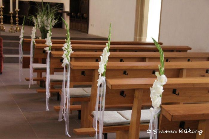 Kirchbankschmuck mit Gladiolen und Bändern. http://blumen-wilking.de