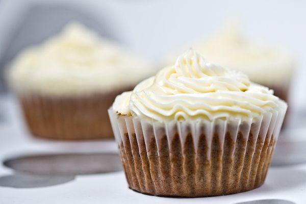 La voglia di dolci ti sta assalendo? Prepara i cupcake al cioccolato bianco Bimby semplici e veloci ti aiuteranno a tenerla a bada. Soffici tortine glassate