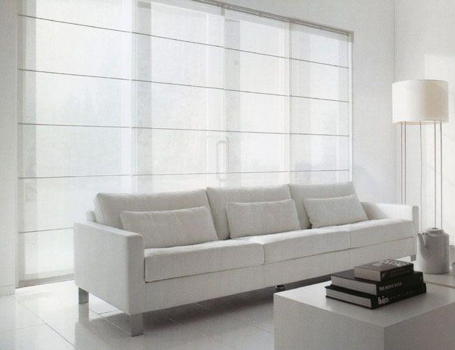 Witte vouwgordijnen in een moderne woonkamer