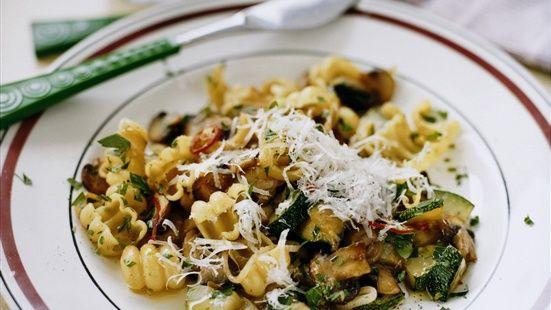 Koka pastan enligt anvisning på paketet. Stek champinjoner och zucchini i olivolja på hög värme några minuter. Lägg i vitlök, lök och chili och stek ytterligare några minuter. Blanda med pasta och smaka av med salt och peppar. Avsluta med persilja och servera med nyriven parmesanost.