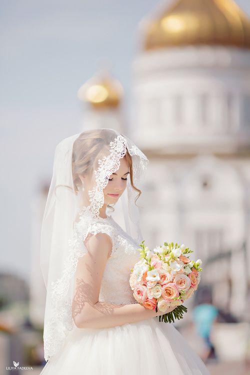 Нежный персиковый букет невесты с пионовидными розами и белой фрезией