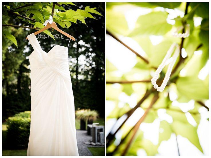 trouwjurk, kleerhanger met naam, parelketting, trouwinspiratie, trouwjurk in boom, fotografie: www.sjurlie.nl