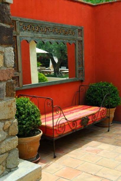 colorados para paredes y un sillon de tapiz andino ideal para semiexteriores. unika atelier . ameghino 129 - salta.