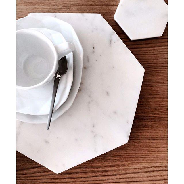 Nyhet på Habitat! Glasunderlägg i marmor 199kr/4-pack och underlägg i marmor 259kr. Perfekta julklappar! Finns i alla våra butiker. #habitatsverige Foto: @Billieblanket