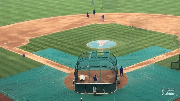 Cubs catcher Willson Contreras throwing to second base