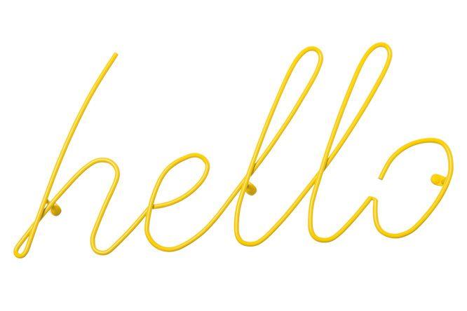 トレイシー・エミンのアート作品にインスパイアされたスチール製のコートラックはまるで手書きのネオンサインのよう。