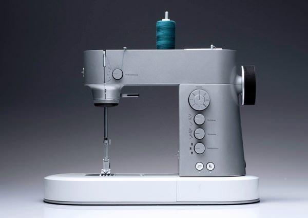 """Thesis - la machine à coudre """"connectée"""" par Susanne Eichel (l'iPad sert à modifier des options sur la machine) / Sewwwww Cool!"""