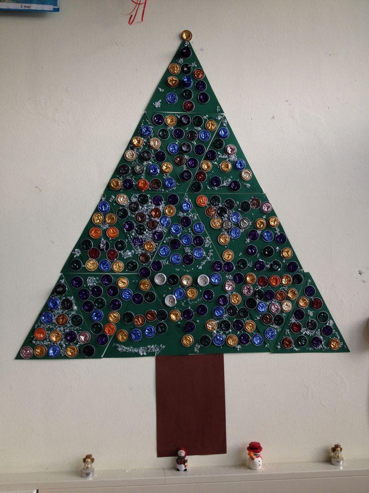 Gr. 3-4-5, Ieder versiert eigen driehoek met zelf platgemaakte nespresso cupjes en nepsneeuw. Kerstboomidee heb ik gezien op pinterest.