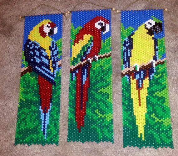 Cuentas de guacamayo bandera. cada ave es de aprox. 21 X 6. Muy luminoso y colorido un muy bonito detalle para cualquier habitación o puerta. Puede ser colgado de cualquier manera, el diseño se puede ver desde cualquier lado. El precio es uno de los estandartes.
