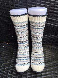 Mønsterleik sokker er veldig morsomme å strikke. Navnet gav seg selv, her har jeg leika meg med små mønsterborder som jeg har strikket i forskjellige fine farger. Om du har garnrester liggende, så kan du med fordel strikke dette mønsteret. Pass på at restene har samme tykkelse.