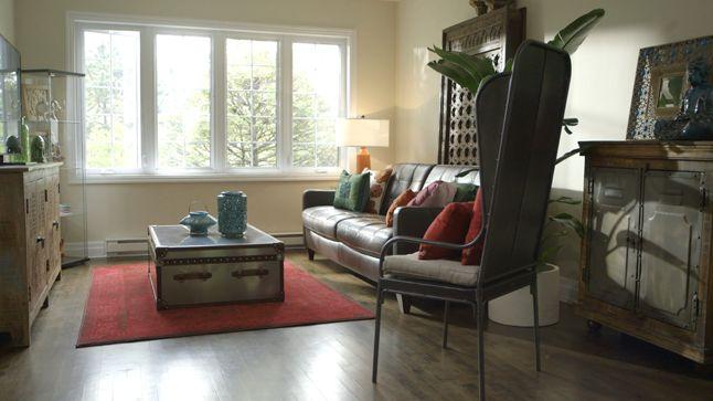APRÈS : Pour créer une ambiance d'exotisme et de voyage dans ce salon, l'accent a été mis sur des accessoires colorés qui rappelle l'Inde et l'Afrique du Nord ainsi que sur du mobilier en bois travaillé.