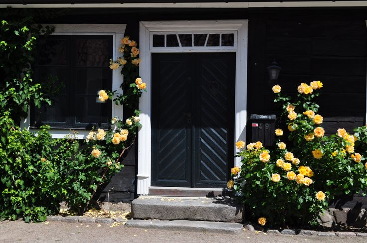 gula blommor vid svart hus - Sök på Google