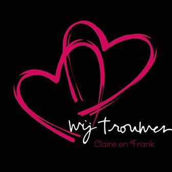 Deze zwarte huwelijksuitnodiging is voorzien van twee roze harten die met elkaar verbonden zijn.