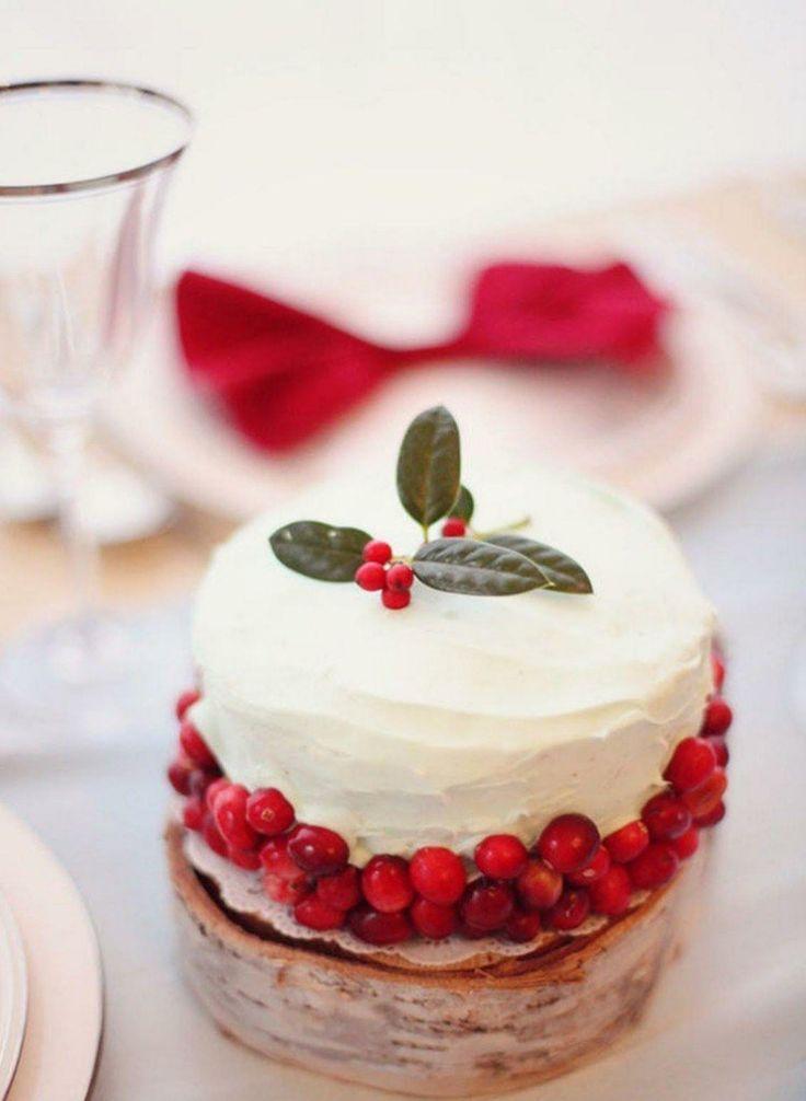 ... de mariage blanc décoré de baies rouges et quelques feuilles vertes