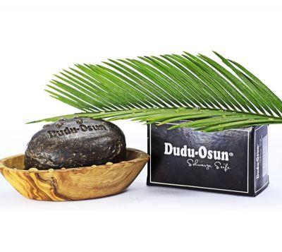 Reconnu pour ses vertus nettoyantes, assainissantes, hydratantes et réparatrices, le savon noir est utilisé en Afrique depuis des millénaires. Le savon noir de Dudu-Osun est fabriqué de façon traditionnelle  à la main, au Nigéria.