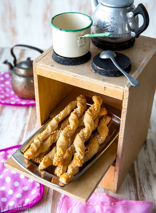 Tytär halusi leipoa jotain pientä suolaista ja löysi netistä juustotikkujen idean. Resepti muovautui useamman kokeilun jälkeen tällaiseksi. 30 kappaletta Taikina: 3 dl vehnäjauhoja 1 dl ruisjauhoja 1 ps (130 g) Mustaleima-juustoraastetta 1 tl leivinjauhetta ½ tl suolaa 200 g voita ½ dl kylmää vettä Pinnalle: 1 muna ½ dl kuorittuja seesaminsiemeniä Yhdistä jauhot, juustoraaste, leivinjauhe […]