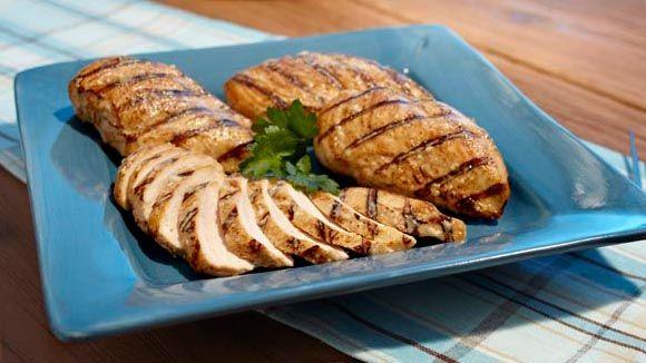 ¡Ahorra más y cocina mejor! Prueba un jugoso pollo parmesano a la parrilla. Aderézalo con un poco de mayonesa Hellmann's® o Best Foods® Real y disfruta de una receta deliciosa a bajo costo. ¡La combinación perfecta!. Pollo + Chicken recipes + Chicken recipes + Cheap recipes