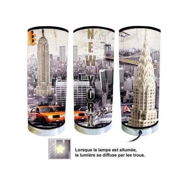 LAMPE DECO NEW YORK    Pour une décoration made in USA !    Totalement addictive, la lampe déco New York est design, originale, insolite mais surtout indispensable... En bref, c'est celle qui vous faut !    A brancher directement sur secteur, celle-ci saura donner un coup de boost à votre décoration intérieure.    Lorsque la lampe déco New York est allumée, la lumière se diffuse par le dessus de la lampe ainsi que par les trous situés tout autour de la lampe.