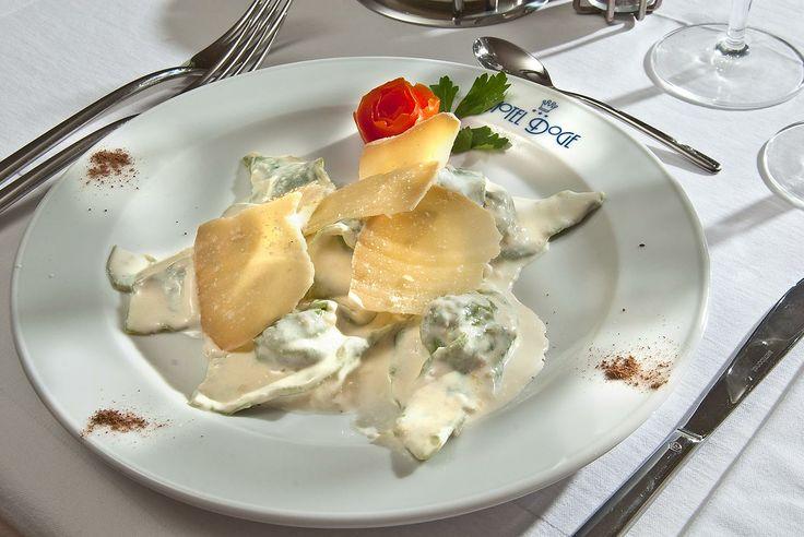 Cappellacci con ricotta e funghi saltati con formaggio di fossa, preparati dallo Staff di cucina