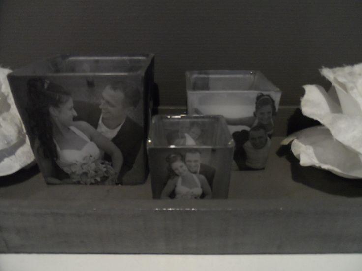 een eigen foto op waxinelichtjes! print een foto op transparant papier (inktjet printer) en deze met dunne dubbelzijdige tape (te koop bij de action) op het waxine lichtje bevestigen (spuitlijm kan ook). de waxine lichtjes zijn ook te koop bij de action. wanneer het lichtje brand schijnt het erg mooi en duidelijk door!