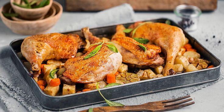 Har du lyst på middag som nesten lager seg selv? Oppskrift på saftig kyllinglår med rotgrønnsaker og salvie. Steketips for kyllinglår.