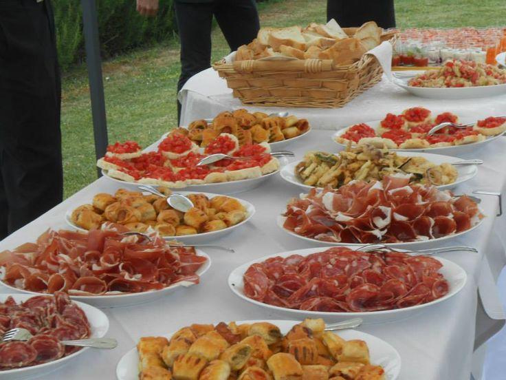 Buffet toscano al ristorante Taverna di Bibbiano per un pranzo di nozze country chic. Il ristorante si trova tra Colle di val d'Elsa e San Gimignano a solo mezz'ora da Siena e 45 minuti da Firenze.