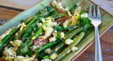 Salade met groene asperges, ei en blauwe kaas
