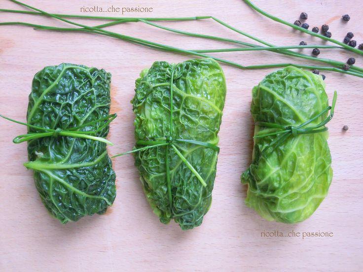 INGREDIENTI  10 foglie di verza  200gr riso  150gr ricotta  500ml passata pomodoro  300ml brodo vegetale  2 cucchiai di grana gr...