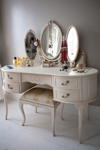 I LOVE vanities. I've always wanted room to put one in my bedroom but apartments in San Francisco are SO SMALL there just doesn't ever seem to be room...