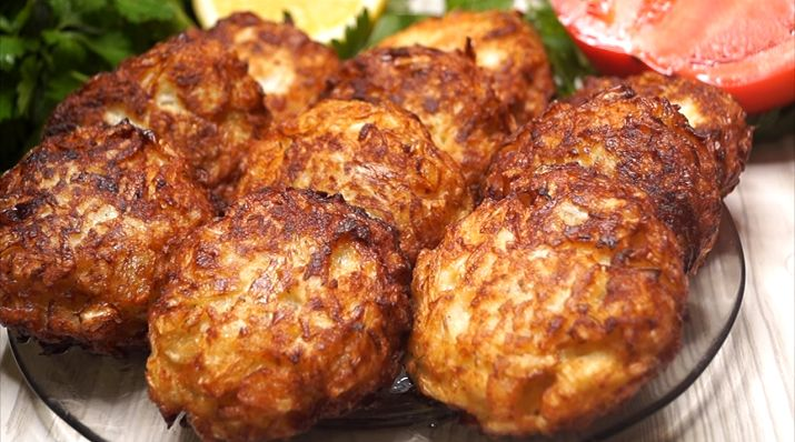 Chifteluțele din varză reprezintă o mâncărică delicioasă, folositoare și disponibilă. Le puteți utiliza în calitate de garnitură originală sau ca fel principal de mâncare. Ele sunt deseori servite cu muștar, smântână, sos de roșii sau sos de ciuperci. Fiind aspectuoase, fine, suculente și acoperite cu crustă aurie, chifteluțele vor fi adorate atât de adulți, cât și de copii. Pot fi servite și reci, și fierbinți! INGREDIENTE: -700 g de varză albă; -2 ouă proaspete; -2 cepe mari; -4-5 linguri…