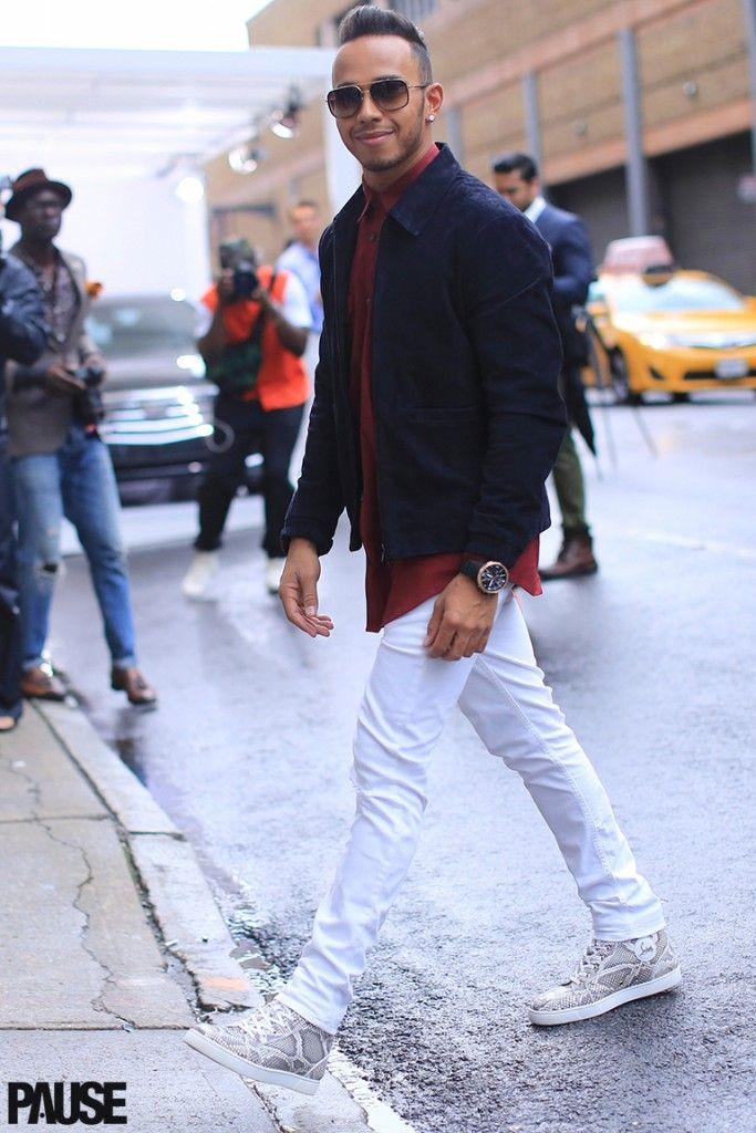 ハイカットスニーカーとホワイトパンツの着こなし