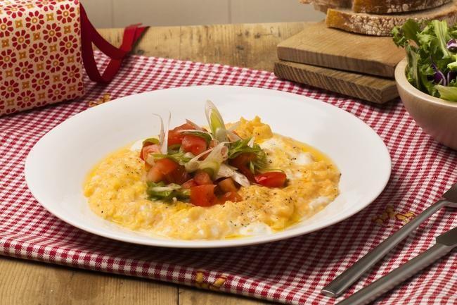 Eggerøre med tomatsalat