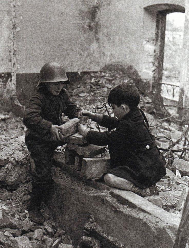 Guerra Civil Española. Niños jugando