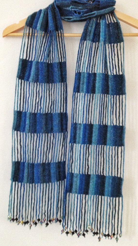 Echarpe con hilo de efecto Regia mano-colorante (70% lana, 25% poliamida y 5% crylic) de ganchillo. Un echarpe es una bufanda muy larga. Termina con cuentas de vidrio. Dimensiones aproximadas 18 x 188 cm. Patrón de hermoso color azul mezclado. Todas mis bufandas son únicas en la que no suele repetir exactamente el mismo patrón de color y siempre tratar de hacer algo nuevo y diferente, un poco, así que podemos decir es uno de una clase.